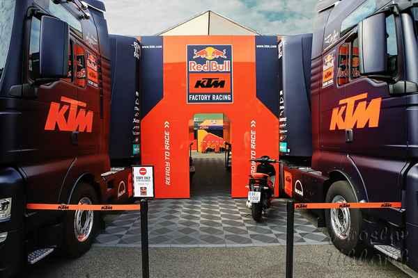 Než půjdeme na závodní dráhu, rozhlédněme se trochu v zázemí MotoGP.