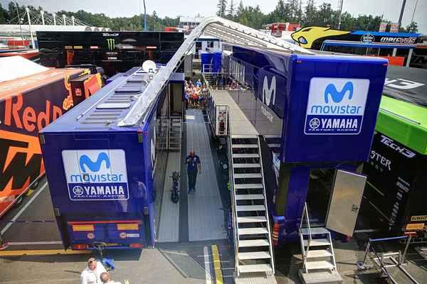 Každý tým (stáj) má za servisními boxy vyhrazeno místo pro dva kamiony, ...