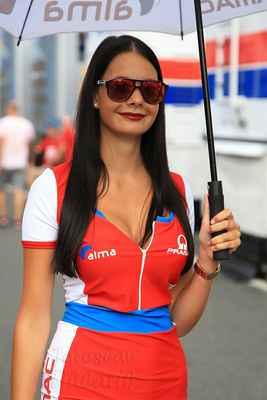 … a držení deštníku nad jezdcem před startem. Dobrá práce, bral bych.
