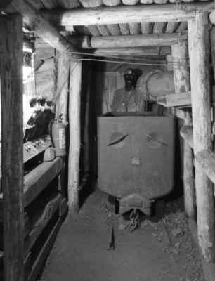 Dál nás čekala spleť důlních chodeb a ukázky různých těžebných nástrojů a strojů a také druhy těžby - po pravdě jsem doposud netušila, že v tomto oboru nějaké odlišnosti jsou.
