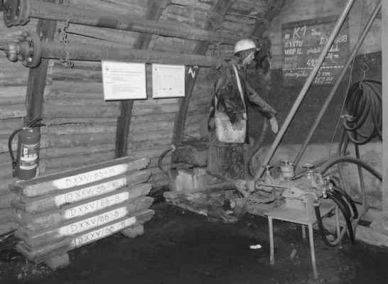 Součástí těžby je i geologický průzkum - jak by se také jinak vědělo, kde se má rubat.