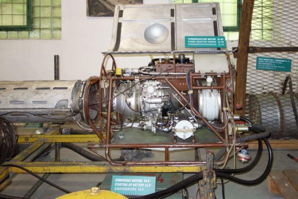 Motor, který musí záchranáři k hrázi dopravit a sestavit.