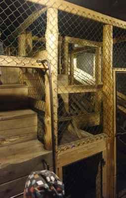 """Součástí expozice je i ukázka výcvikového prostoru pro báňské záchranáře. Tady to slouží jako dětská prolézačka, ale záchranáři obdobným systémem musí projít v """"plné báňské"""", s dýchacími přístroji na obličeji a navíc za ztížených podmínek (vysoká teplota, dým apod.)."""