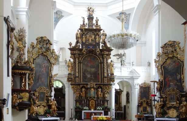 Na hlavním oltáři je obraz Nanebevzetí Panny Marie.