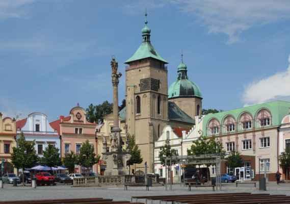 Dominantou náměstí je barokní Mariánský morový sloup z roku 1717. Na vysokém štíhlém sloupu zakončeného korintskou hlavicí stojí socha Neposkvrněné Panny Marie s drakem.