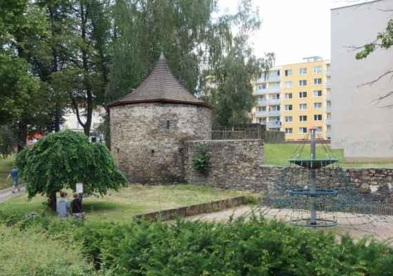 A tohle už je cestou z města - v HavlBrodu se dochovaly úseky opevnění z 1. pol. 14. století. Hradby vysoké přes 4 m doplňovaly dvě branské věže, 4 bašty a vodní příkop. Později bylo doplněno ještě o parkánovou hradbu a další bašty. Město však bylo přesto dobyto Švédy, kteří hradby záměrně pobořili a v pozdější době byly rozebírány na stavbu budov.