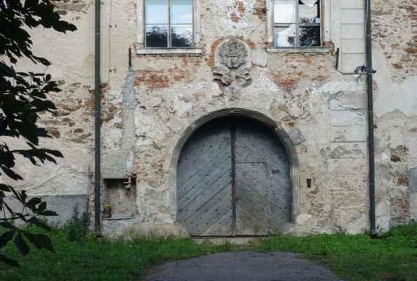 Místní zámek, původně barokní, je nepřístupný a pozvolna se mění v ruinu.