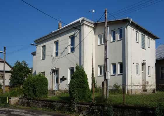 Hlavním důvodem zastavení v Okrouhlicích byl ale tento dům, resp. místní škola...