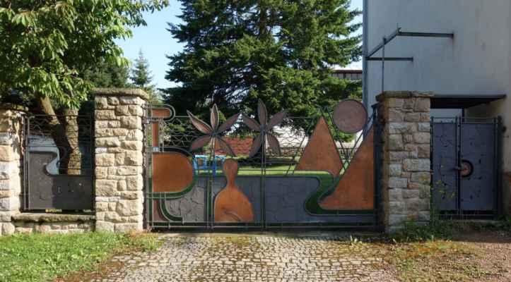 Brána školní zahrady podle návrhu Jana Zrzavého.