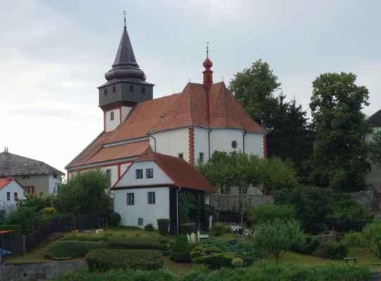 Kostel sv. Václava ve Světlé nad Sázavou. Tento děkanský kostel byl vybudován na konci 12. století, ovšem za panování rodu Černínů byl renesančně přestavěn. Další rozšíření následovalo v roce 1722. V interiéru je 6 obrazů připisovaných Petru Janu Brandlovi, ale ke kostelu jsme nezajížděly. Největší zvon umístěný v kostelní věži je zasvěcený sv. Václavovi a pochází z roku 1569. V kryptě pod kostelem odpočívá Jan Rudolf Trčka, jehož slavný rod vymřel po meči.