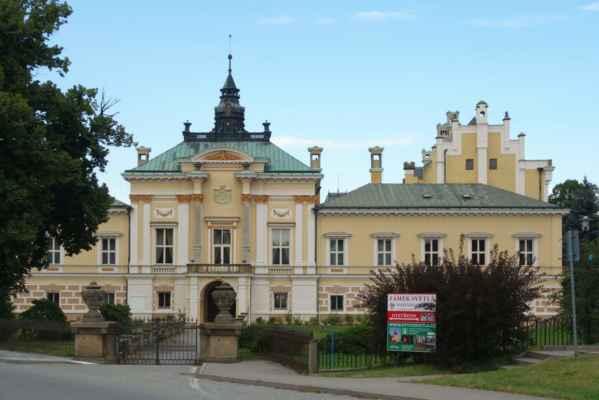 Základem dnešního zámku byla tvrz, kterou v roce 1567 nechali Trčkové z Lípy renesančně upravit na lovecký zámek. V roce 1722 se majitelem stal František Antonín Černín, který jej nechal upravit v duchu baroka. Objekt byl obohacen o arkády, sochařskou výzdobu a úpravou prošel i přilehlý park. Současnou podobu zámku vtiskl vídeňský architekt Svatoš, který přistavěl novorenesanční věžičku, balkon a arkády uzavřel okny. Zámek je přístupný, je v něm umístěno muzeum.