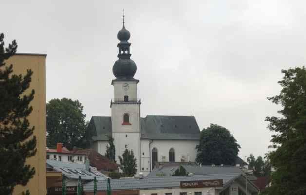 """Kostel sv. Prokopa. Přesná datace založení kostela není známa, první zmínky jsou až ze 13. stol.  V letech 1521 - 1560 byl téměř úplně přestavěn v pozdně gotickém slohu a 28.7.1560 byl posvěcen """"ke cti Boží a sv. Prokopa"""". V 18. stol. došlo k barokním úpravám. Jedná se o stavbu s dvoulodím o nestejné šířce a obdélným kněžištěm zakončeným pěti stranami osmiúhelníku."""