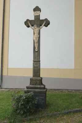 Kříž nad schody ke kostelu...
