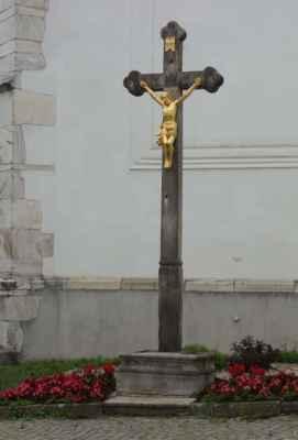 Kříž vedle vchodu do kostela.