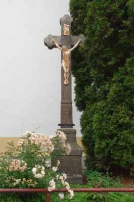A do třetice ještě jeden kříž u zdi kaple sv. Barbory.