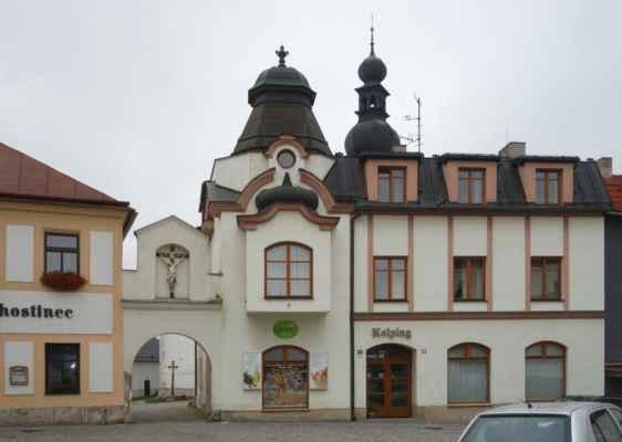 Jeden z mnoha zajímavých domů na náměstí s průchodem ke kostelu.