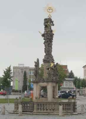 Barokní morový sloup se sousoším Nejsvětější trojice z roku 1706 od Jakuba Steinhubla - sochař původem z Tyrolska, který se usadil ve Žďáru. Sloup byl vztyčen v době morové epidemie.