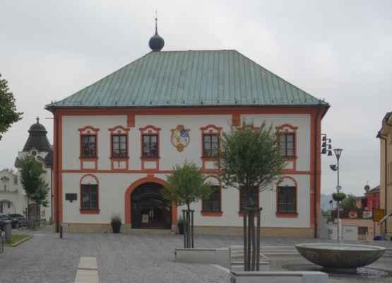 Stará radnice - renesanční budova s klasicistním průčelím byla postavena na přelomu 16. a 17. století. Současný vzhled si budova zachovává od 18. století. Dodnes se v objektu zachovaly především klenby v bývalém průjezdu. Co se nedochovalo, je věžička s hodinami, která byla zničena při požáru 27. dubna 1864. Dnes budova slouží k reprezentačním účelům a svatebním obřadům. Fasáda je osazena zvonkohrou.