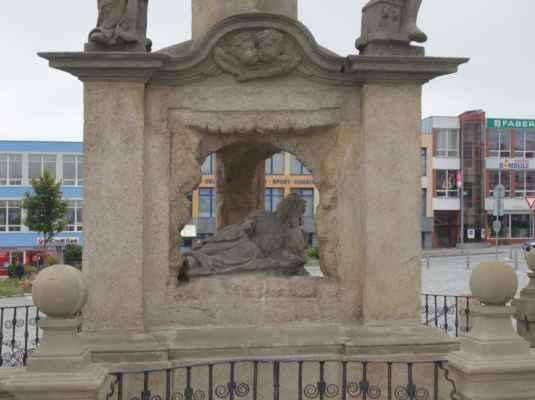 V grottě se nachází ležící soška patronky a ochránkyně proti nakažlivým nemocem a moru sv. Rozália Palermská.