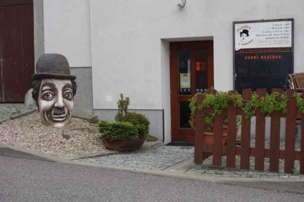 A samozřejmě jsme neminuly Olšiakovu sochu Charlie Chaplin z roku 2011 u stejnojmenné vinárny.