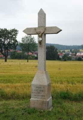 O kousek vedle mě zaujal křížek z roku 1870 od mistra kamenického. Bez mučení přiznám, že ten křížek u cesty se mi líbí asi víc než socha Hamroně.