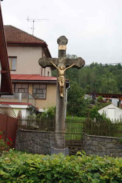 Kamenný kříž z roku 1180 v Sázavě.