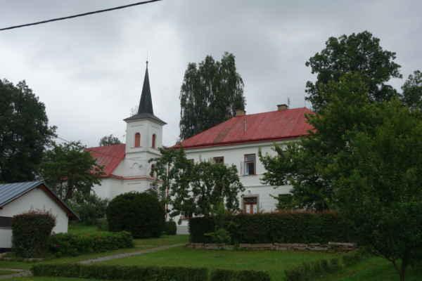 Evangelický kostel v Sázavě, postavený v roce 1785, rok po vydání tolerančního patentu. Původní stavba byla bez věže, ta byla přistavěna až o 100 let později, v roce 1885. Zároveň přibyla také budova márnice a interiér kostela byl rekonstruován. Ke kostelu jsme ale nezajížděly.