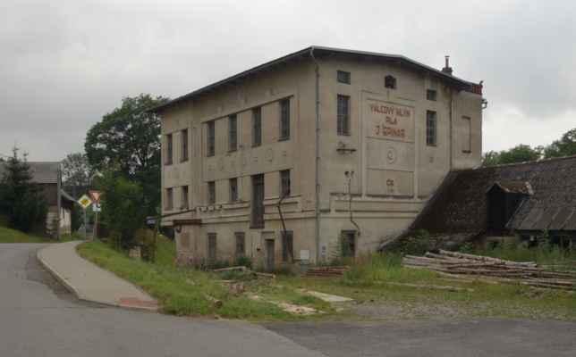 Budova původního válcového mlýna. Pila tu funguje dodnes.