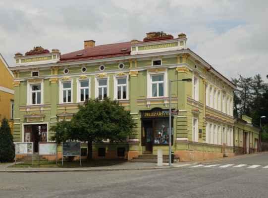 Já jsem ale ještě zaběhla do infocentra a obešla cestou pár zajímavostí. Tohle je dům, kde žil Stanislav Bechyně a narodil se zde jeho syn Jan Bechyně.