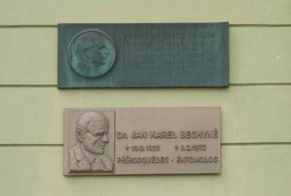 Na domě jsou i pamětní desky. Horní připomíná významného českého konstruktéra a pedagoga Stanislava Bechyně (1887-1973), který se věnoval železobetonovým konstrukcím a kamenným a betonovým mostům. Jeho nejznámějším dílem je palác Lucerna a Veletržní palác v Praze. Spodní pak připomíná jeho syna Dr. Jana Karla Bechyně (1920-1973), významného přírodovědce a entomologa.