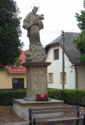Barokní socha sv. Jana Nepomuckého z roku 1711, kdy bylo budováno zdejší probošství kláštera cisterciaček.