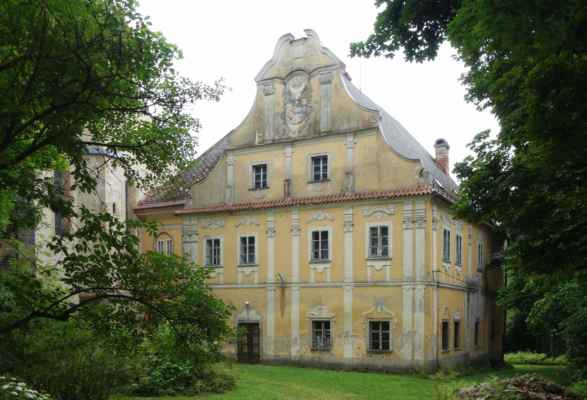 Zámek Pohled, na který je dnes poněkud neutěšený pohled. Dnešní barokní podoba zámku je výsledkem přestavby cisterciáckého kláštera z poloviny 17. století. Budova zámku připomíná svým tvarem písmeno H.