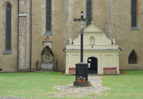 V 17. stol. byla přistavěna renesanční předsíň. Do kostela nebylo možné nahlédnout, ale hlavní oltář je dílem sochaře a řezbáře Řehoře Thényho z let 1730-40. R. 1782 se kostel stal farním a byl nově zasvěcen svatému Ondřeji.