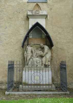 Jeden z náhrobků, které zbyly ve zdi kostela.