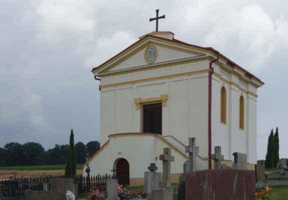 kde je empírová hřbitovní kaple Panny Marie s hrobkou Tarouca Unwerth, majitelů zámku. Kapli nechal postavit Evžen hrabě Silva-Tarouca Unwerth v roce 1840. Kaple je přístupná pouze po dohodě.