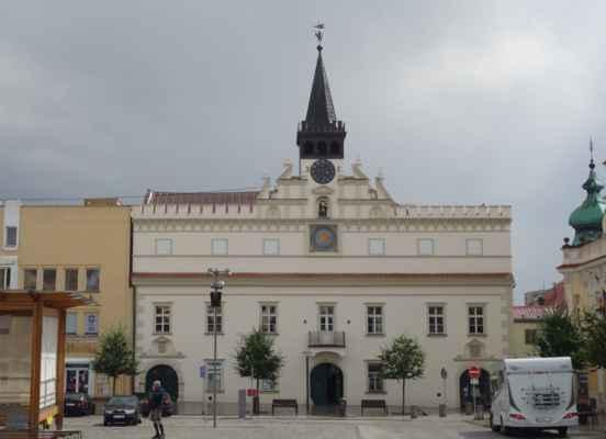 Stará radnice - pozdně gotická budova byla vystavěna v 15. století. V 17. stol., po požáru, byla renesančně přestavěna. Budova zaujme hlavně zdobeným renesančním štítem a výraznou věžičkou s hodinami. Pod hodinami je stojí tzv. Brodská smrt, kostra hlásného Hnáta. Hlásný chtěl v roce 1742 vydat město Jihlavským, a byl proto potrestán smrtí.