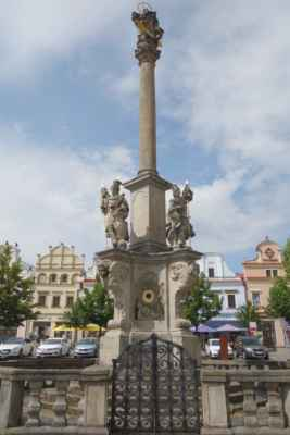 Na podstavci u paty sloupu jsou umístěny sochy sv. Václava, sv. Floriána...