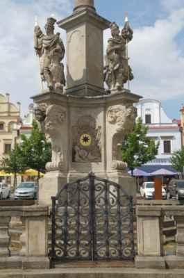 V grottě opět leží soška patronky a ochránkyně proti nakažlivým nemocem a moru sv. Rozália Palermská.