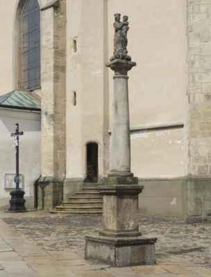 Socha Madony před kostelem.