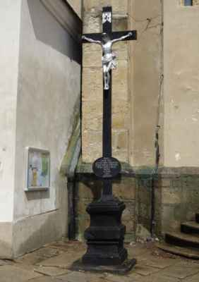 Kříž před kostelem.