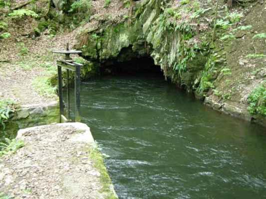 Weisshuhnův kanál 14 - tunel přes skálu u řeky Moravice
