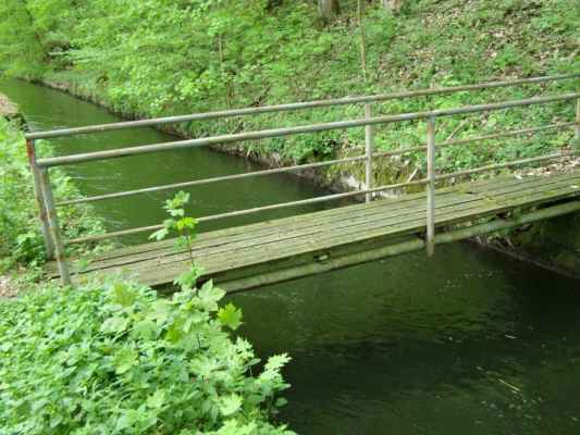 Weisshuhnův kanál 28 - mostek vedoucí nikam