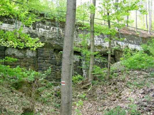 Weisshuhnův kanál 30 - vysoká zeď se zábradlím
