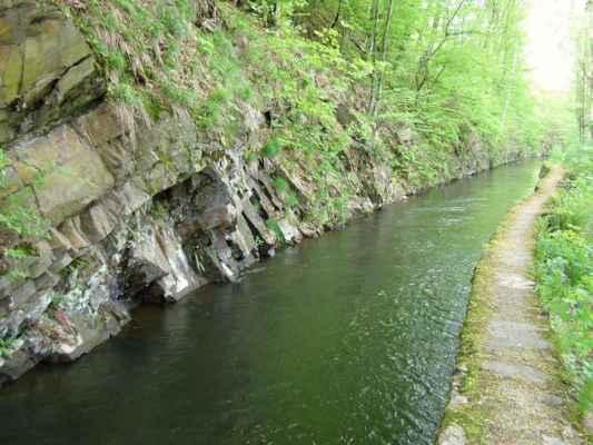 Weisshuhnův kanál 32 - nalevo skalní masív u kanálu