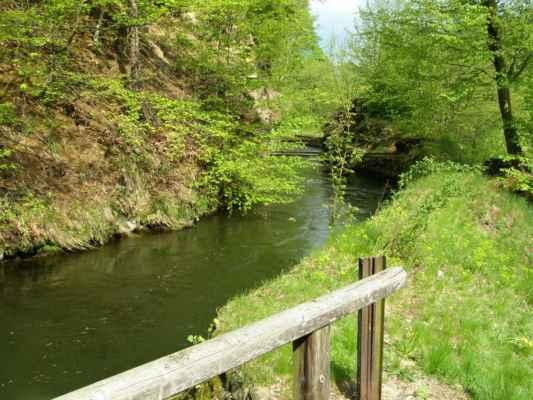 Weisshuhnův kanál 35 - pohled od jednoho mostu k druhému na červené trase