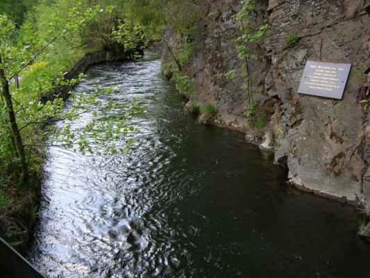 Weisshuhnův kanál 38 - pamětní deska na skále u mostku na červené trase