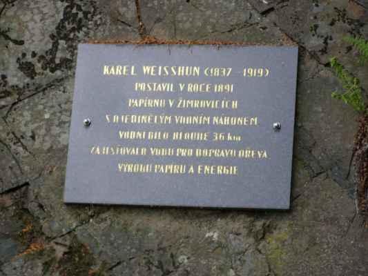Weisshuhnův kanál 39 - pamětní deska na skále u mostku na červené trase
