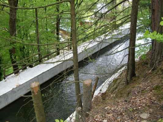Weisshuhnův kanál 44 - kanál u mostku - dole chaty