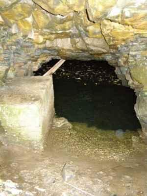 Weisshuhnův kanál 62 - pohled boční dírou do tunelu