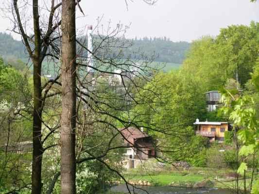 Weisshuhnův kanál 65 - pohled od kanálu na Moravici, chatky a vzadu papírnu